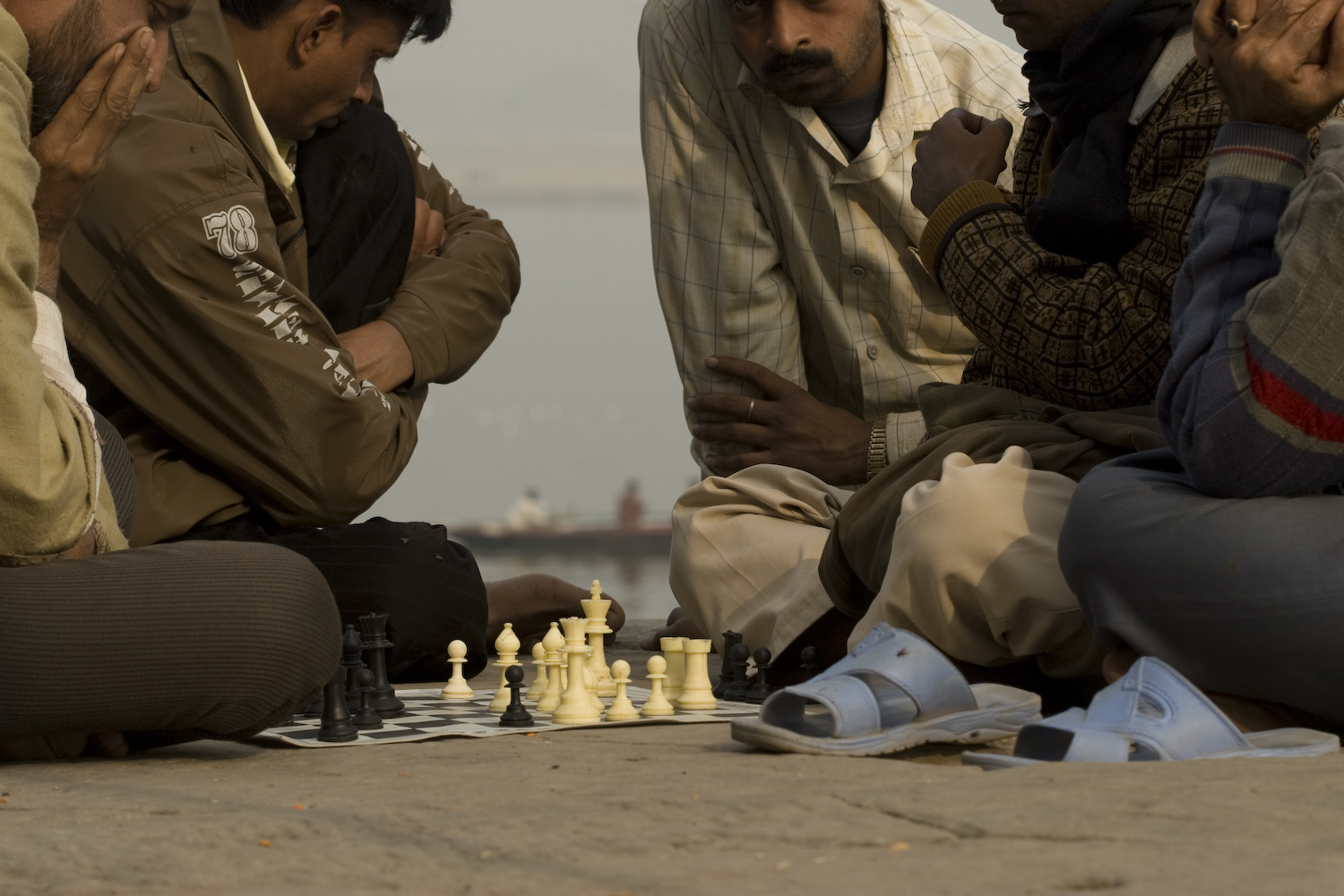 Chess play at the banks of the Ganges River in Varanassi, India. Juego de ajedrez a la orilla del rio Ganges en Varanassi, India.
