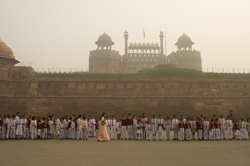 Students pose for a group photo in front of The Red Fort, Delhi. This day the wind did not blow and so the sky was foggy because of pollution and smog. Un grupo de estudiantes posan para una foto frente al Fuerte Rojo en Delhi. Este día el viento no sopló y por ello parecía nublado por la contaminación y el esmog.